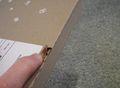 Prenez soin de ne pas abimer votre livre photo en le déballant : utilisez l'ouverture facile en tirant sur la petite languette rouge.